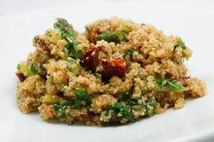 Couscous gab's bei mir in letzter Zeit immer nur als Salat. Als Beilage zu Gerichten greife ich (leider) eher zu Reis oder Nudeln. Das musste also geändert werden, und so entstand ein Hauptgericht auf reiner Couscous-Basis - vegetarisch - mit grünem Spargel und getrockneten Tomaten. Seinen