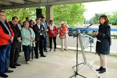 Oberbürgermeisterin Dr. Eva Lohse spricht bei der offiziellen Eröffnung nach dem Umbau des Willersinn-Freibads.