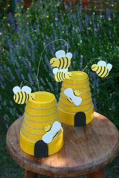 """van een terracotta bloempot( is makkelijk te verven)  een leuk """"bijenhuis"""" gemaakt"""
