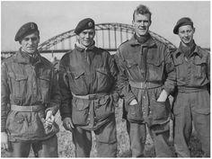 Captain Mackay (rechts) met de drie ontsnapten bij de brug van Nijmegen