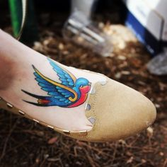 Foot tattoos are very popular because of their association with celebrities such as Kate Hudson, Rihanna, Megan Fox and Jennifer Aniston. Rihanna, Tattoo Life, Wild Tattoo, Kate Hudson, Future Tattoos, Love Tattoos, Jennifer Aniston, Golondrinas Tattoo, Bird Tattoo Foot