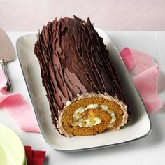 Chocolate Gingerbread Yule Log Chocolate Gingerbread Yule Log Recipe -If you've tasted a yule log sponge cake, you'll love this version with fresh ginger and spices. The holiday stunner can be made ahead. Chocolate Yule Log Recipe, Chocolate Log, Chocolate Sponge Cake, Christmas Chocolate, Pasta Carbonara, Mary Berry, Köstliche Desserts, Christmas Desserts, Christmas Cakes