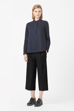 Made from crisp wool, these straight-leg cropped trousers are a loose, relaxed fit that taper slightly towards the hem. Designed to sit just below the waist, they have a dropped crotch, zip fly fastening and front and back welt pockets.