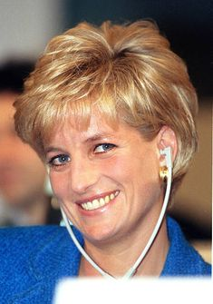 Diana, The Princess Of Wales, Attends The Pio Manzu Heath Conference,. News Photo - Getty Images Princess Diana Fashion, Princess Diana Pictures, Princess Diana Hairstyles, Diana Haircut, Short Hair Cuts, Short Hair Styles, Princes Diana, Lady Diana Spencer, Tips Belleza