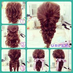作り方♡ 全体をゆる巻き。耳上をくるりんぱ。くるりんぱした毛をゆるく三つ編み。耳下を半分に分けてゆるく三つ編み。両サイドの毛束を真ん中の三つ編みの編み目に入れ込む。バランス整えたら完成! #hair #hairstyle #hairarrange #hairset #partyhair #ヘアアレンジ #アレンジ #ヘアセット #アップ #パーティヘア #ヘア #結婚式 #2次会 #ブライダル #ドレス #髪型 #おでかけ #着物 #振袖 #成人式 #卒業式 #浴衣 #やり方