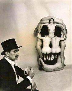 """m Mors Voluptate  Criado por Salvador Dali e o fotógrafo Philippe Halsman, são sete mulheres na criação de um crânio humano em 1951. Essa peça foi a mais famosa, e sutilmente, recriada, que trás o 'cabeça mortes' no cartaz do filme """"O Silêncio dos Inocentes"""" em 1991 com Anthony Hopkins e Jodie Foster."""
