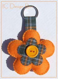 Porta chaves em felpo Felt Crafts, Fabric Crafts, Sewing Crafts, Diy And Crafts, Sewing Projects, Craft Projects, Arts And Crafts, Felt Flowers, Fabric Flowers