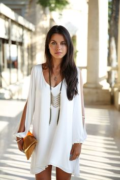 mode hippie chic pour l'été - robe fluide blanche, collier métallique et pochette enveloppe en marron et orange