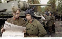 """Tankers read the newspaper """"Pravda"""" near the tank KV-1 / Czołgiści czytający gazetę """"Prawda"""". Za nimi stoją czołgi ciężkie KW-1."""