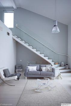 portaat,sohva,avara,olohuone,harmaa,valoisa,vaaleat sävyt,nojatuoli,keinuhevonen,portaikko