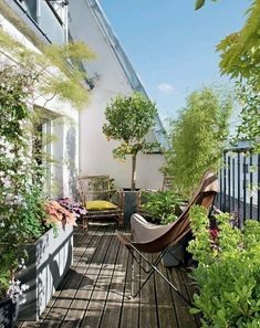 38 Small Terrace Projects to Optimize Your Small Space - Backyard Mastery - Outdoor Space Decor, Landscaping and DIY Projects - Kleiner Balkon - Design RatBalcony Plants tan Furniture Small Balcony Design, Small Balcony Garden, Small Terrace, Rooftop Garden, Small Patio, Balcony Ideas, Terrace Ideas, Green Terrace, Balcony Plants