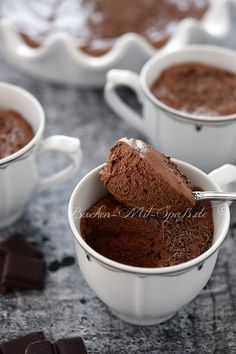Mousse au Chocolat Recipe for chocolate mousse. The perfect French chocolate mousse. Airy, creamy, delicately melting and beautifully chocolatey. The dessert simply tastes delicious. Pastry Recipes, Sweets Recipes, Healthy Desserts, Easy Desserts, Mexican Food Recipes, Cooking Recipes, Chocolate Mousse Recipe, Chocolate Desserts, Chocolat Recipe