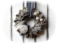 **Wir bieten Ihnen einen tollen Türkranz zum Kauf an.**  _- Dekoriert ist der Kranz mit Filz, Perlen, Schleifenband, Filzrose, Draht._  _Durchmesser ca. 25cm_ _Länge ca. 82cm_