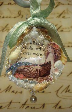 Shell Ornaments, Xmas Ornaments, Christmas Bulbs, Christmas Decorations, Mermaid Crafts, Mermaid Diy, Seashell Art, Seashell Crafts, Mermaid Ornament