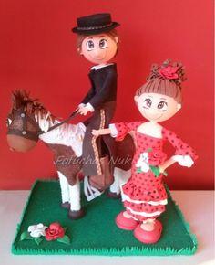 Fofucho rejoneador en caballo y fofucha vestida de faralaes
