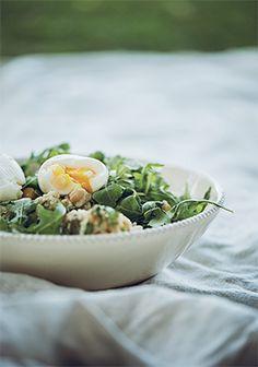 Salade de couscous, œufs durs & vinaigrette aux herbes salées