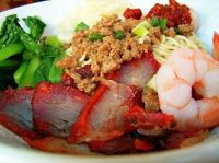 Kuching Kolo Mee Recipe Ingredients 3 pieces of instant noodles 100 grammes of minced pork bulb of garlic (finely chopped) spr. Malaysian Food, Malaysian Recipes, Kuching, Noodle Recipes, Noodle Soups, Asian Cooking, World Recipes, Aesthetic Food, Tasty Dishes
