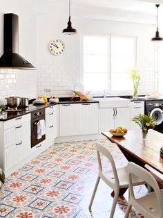 Cocina con suelo hidráulico con motivos florales