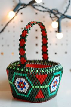 pepparkakas hus basket from the christmas collection by hejsan goods Pony Bead Crafts, Diy Perler Beads, Beaded Boxes, Beaded Christmas Ornaments, Pony Beads, Brick Stitch, Bead Weaving, Beading Patterns, Beadwork