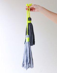 大きく作ればお部屋のインテリアに、小ぶりに作ればイヤリングやバッグチャームにもなる「タッセル」。作り方も簡単です♪