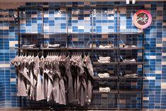 Blaue Wandfliesen | Topgres Referenzen: Modehaus L&T in Osnabrück Mall, Retail, Home Decor, Department Store, Porcelain Tiles, Decoration Home, Room Decor, Home Interior Design, Sleeve