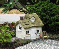 Working with miniature houses in the miniature garden ~ with Plow & Hearth | #miniaturegarden #plowhearth