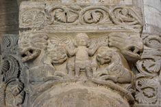 Церковь Сан Микеле в Павии (Даниил во рву львином?) Romanesque Sculpture, Medieval, Lion Sculpture, Statue, History, Columns, Art, Art Background, Historia
