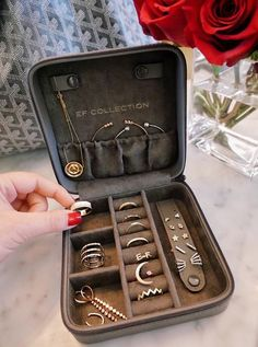 This jewelry organizer would be perfect! - This jewelry organizer would be perfect! Travel Accessories, Jewelry Accessories, Jewelry Design, Fashion Accessories, Jewelry Case, Cute Jewelry, Jewelry Travel Case, Travel Jewelry Organizer, Pearl Jewelry