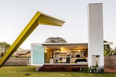 Decoração de casa pequena, moderna e simples. Fachada aberta, escultura amarela, grama.      #decoracao #decor #design #details