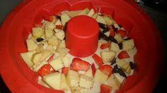 buona colazione..con uno squisito ciambellone alla frutta...fragole ,banane ,arance,mele..e cioccolato fondente...RICETTA...INGREDIENTI 5 uova 120g farina 10gzucchero 50g amido di mais 1 bustina vaniglia 1bustina lievito per dolci 1bacca di vaniglia da estrarre i semini un bicchiere di frullato di una banana mezzo arancio 2 fragole 2 mele 4 fragole 50g cioccolato fondente buccia limone a posto del burro un bicchiere di olio 120g  PREPARAZIONE in un mixer,le uova intere con lo zucchero,fino…