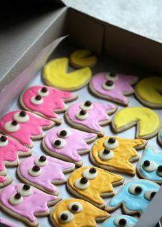 Pac-Man cookies using tulip cutter Yum! I am so making these for the fam. Man Cookies, Sugar Cookies, 80s Party Foods, Pac Man Cake, Pac Man Party, Game Truck Party, Bottle Cake, Video Game Party, Man Birthday