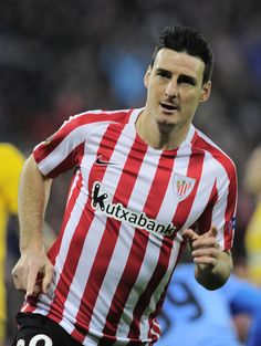 Athletic Bilbao's forward Aritz Aduriz celebrates after scoring his team's second goal during the Europa League football match Athletic Club Bilbao vs APOEL Nicosia at the San Mames stadium in Bilbao on February 16, 2017. / AFP / ANDER GILLENEA