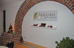 Paul Pascuali feiert in neuen Geschäftsräumen mit seinen Färberinnen