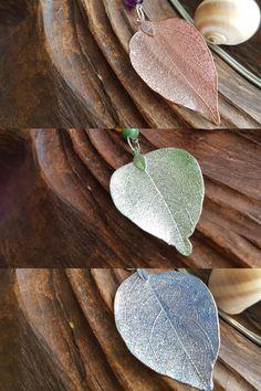 Další várka našich náhrdelníků s přívěskem z přírodního listu, který je speciálně upraven pokovením. Tentokrát ve spojení s pestrou a veselou kombinací minerálů 🤗 Insects, Design