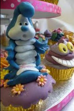 This is the caterpillar I will mold out of fondant to sit on Mias cake