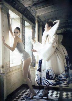 Atelier Couture' ,  Lily Cole & Irina Lazareanu por  Paolo Roversi,  Vogue Italia Março de 2007. Christian Dior Primavera Verão 2007 Haute Couture