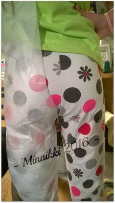 Vihdoin sen tein! Metreittäin kului trikoota, mutta oli tää kaikki sen arvoista. =D Enää en metsästä sopivia leggings kaavoja kissojen ja... Kids Clothes Patterns, Clothing Patterns, Pattern Making, Perfect Fit, Apron, Pajama Pants, Diy, Handmade, Crafts