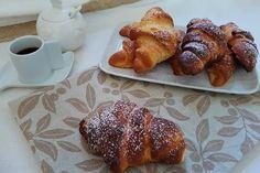 I cornetti di pan brioche al mascarpone sono perfetti per iniziare la giornata, proponendoli a colazione, ma saranno golosissimi anche a merenda