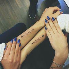 Tatuajes infinito y flecha en los brazos