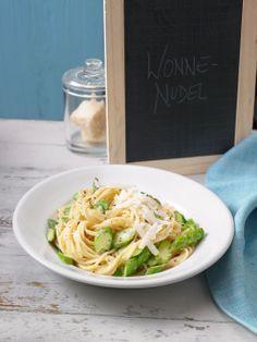 Spargel-Carbonara mit frischem grünen Spargel und Parmesan