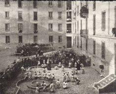 La  primer Casa del Bambini abrió el 6 de enero de 1907. La Dra. Montessori reunió 50 niños para trabajar en la clase.