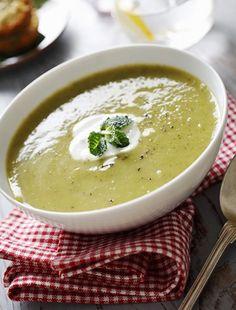 A nyári melegben nincs is jobb egy frissítő, hideg levesnél, ezúttal egy uborkás megoldást mutatunk neked, ami biztosan nem hizlal.