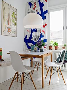 absolutely love it! Eames chairs, curtain by Marimekko and FLY lamp from Kartell Scandinavian Interior, Scandinavian Style, Scandinavian Kitchen, Scandi Style, Nordic Style, Chaise Eiffel, Home Decoracion, Beautiful Dining Rooms, Eames Chairs