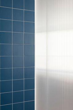 Salle de bain, cloison polycarbonate et carreaux de céramique bleu / Bathroom, polycarbonate wall and blue ceramic tiles