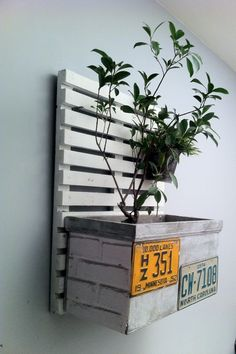 Old Pallets Ideas - Pallet wall art task is a really perfect choice. You just need to recycle the pallets and use your creativeness to make DIY pallet wall art and decor. Diy Pallet Wall, Pallet Art, Diy Pallet Projects, Pallet Ideas, Garden Projects, Decoracion Low Cost, Palette Deco, Recycled Pallets, 1001 Pallets