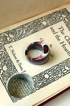 Jewelry from book pages. Lindo!! Una joya hecha con las páginas de un libro.