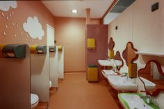 Kleines Universum - Schule und Kindergarten in Lettland Feine Details, wie unterschiedlich hohe Waschbecken