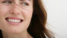 L'hydratation : les cernes sont dû à une mauvaise alimentation, un manque de sommeil, une hydratation insuffisante et bien sûr la consommation du tabac et de l'alcool . Pour cela une bonne hydratation réanime la circulation sanguine . Avec une petite quantité de crème hydratante faites un massage du coin interne de l'oeil en allant vers le coin externe. Recommencez ce massage chaque matin pour se débarrassez des cernes   http://www.glamissime.net