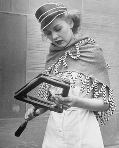 Shawls, the newest fashion accessory. Terry cloth shawl covering shoulders during pause in tennis game. Location: New York, NY, US Date taken: 1940 Photographer: Alfred Eisenstaedt