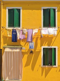 Giallo e verde - Burano Exposition Photo, Plakat Design, Yellow Houses, Colorful Houses, Italy Vacation, Italy Travel, Clothes Line, Mellow Yellow, Architecture